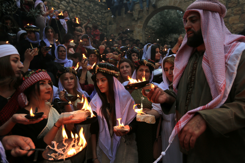 Fig. 63 – Yazidi celebrano la festa del Nuovo Anno a Lalish (https://www.middleeasteye.net/news/pictures-yazidis-celebrate-new-year-ancient-temple)