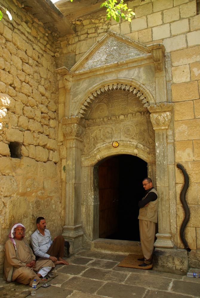 Fig. 57 - Serpente all'ingresso del santuario (© Alberto Savioli 2016)