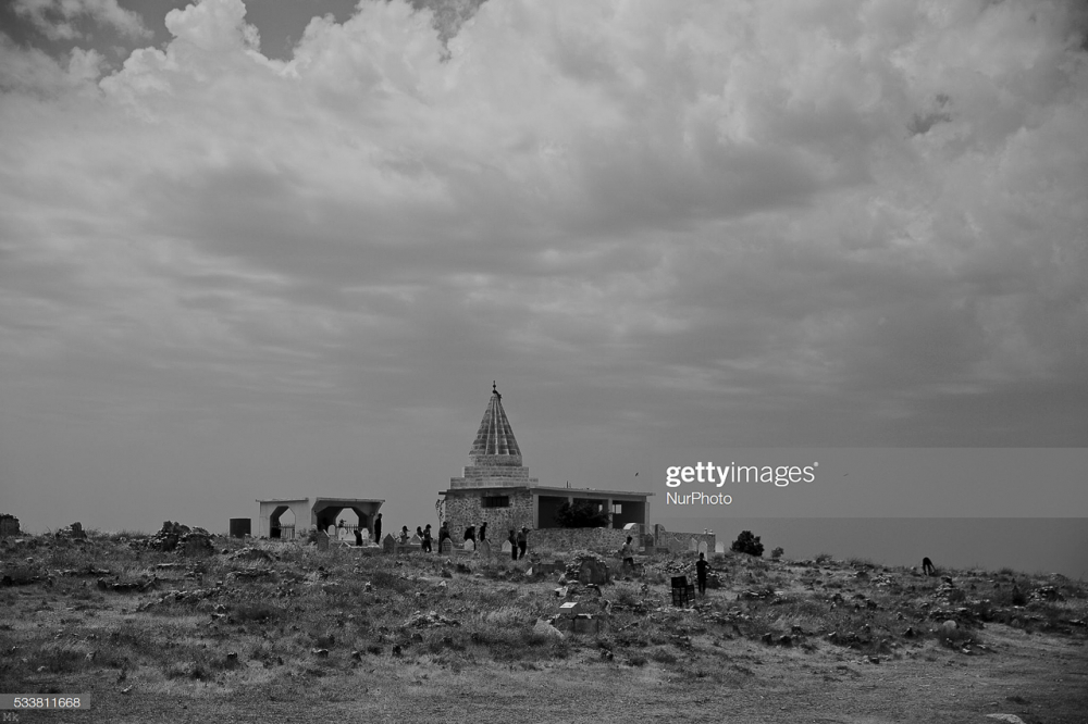 Fig. 65 – Yazidi visitano un tempio (Noe Falk Nielsen/NurPhoto via Getty Images)